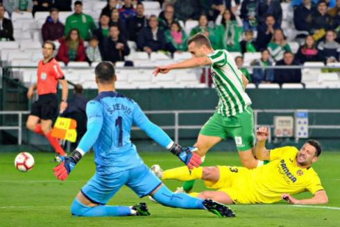 El centrocampista del Betis Sergio Canales (detrás) intenta superar al defensa italiano del Villarreal Daniele Bonera.
