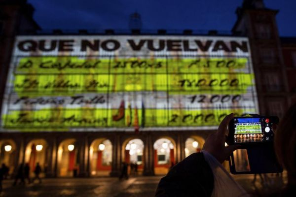Proyección de los 'papeles de Bárcenas' en la Plaza Mayor.