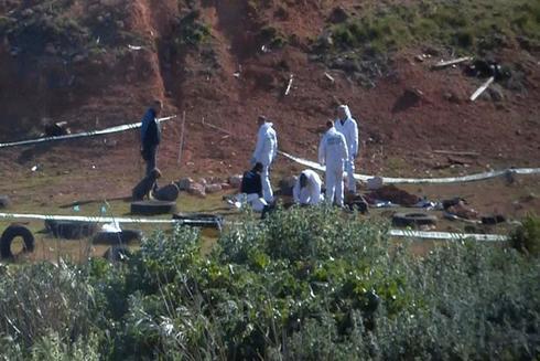 GRAF7457. <HIT>ULLDECONA</HIT> (TARRAGONA).- Captura de vídeo de agentes de la Policía científica que investigan en el lugar donde ha sido hallado este domingo en <HIT>Ulldecona</HIT> (Tarragona) el cadáver de la joven de 26 años desaparecida desde el pasado mes de febrero en Vinaroz (Castellón), tras la detención y confesión de su pareja. El cuerpo estaba enterrado en un descampado de esta población tarraconense y presenta signos de violencia. -TV