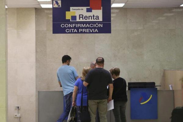 Ciudadanos esperan la confirmación de cita previa en Hacienda