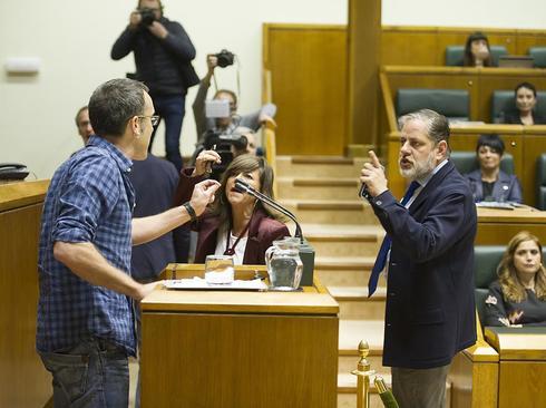 Los parlamentarios Llanos y Ruiz de Arbulo reprochan a Arzuaga sus insultos a la Policía en el Parlamento Vasco.