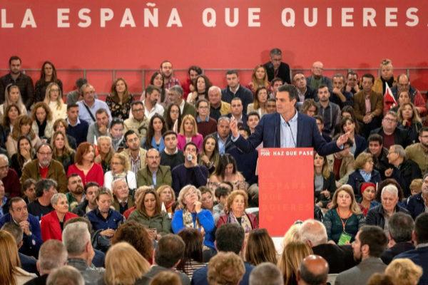 El presidente del Gobierno, Pedro Sánchez, en una acto electoral que el PSOE celebró ayer en Sevilla.