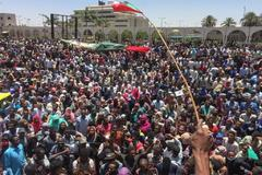 El Ejército dispara al aire para proteger a los manifestantes