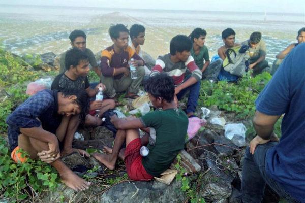 Un grupo de rohingya expulsados de una embarcación en las costas de Perlis, Malasia.