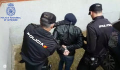 Detenido un joven por secuestrar a dos personas en su propio vehículo en Getafe