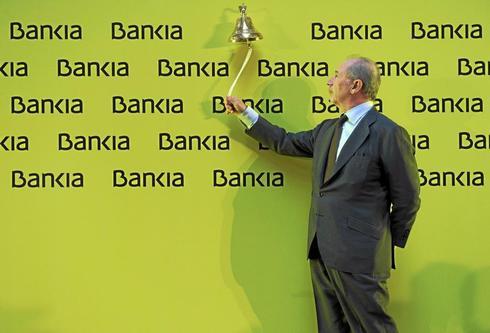 El ex presidente de Bankia, Rodrigo Rato, toca la campana en la salida a Bolsa de la entidad.