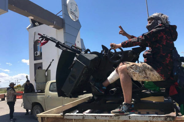Fuerzas leales al GNA en la entrada del antiguo aeropuerto de Trípoli.