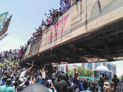 Protesta masiva de sudaneses frente al cuartel general del ejército en Jartum.