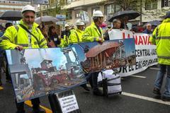 Los trabajadores de La Naval desfilan con sus maletas para rechazar sus traslados tras el cierre