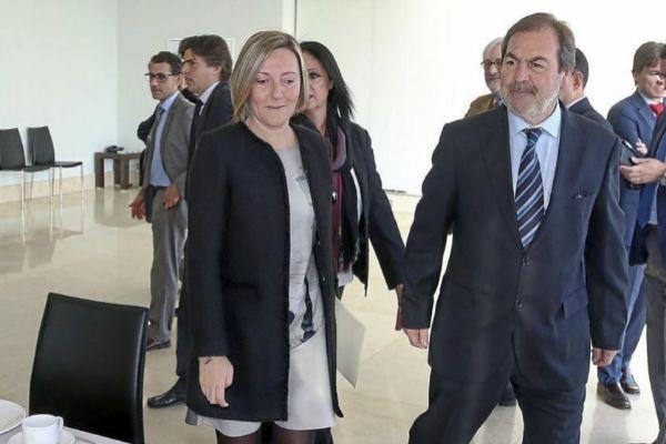La consellera de Obras Públicas, María José Salvador, junto al presidente de la patronal FOPA, Javier Verdú, en una imagen de archivo.