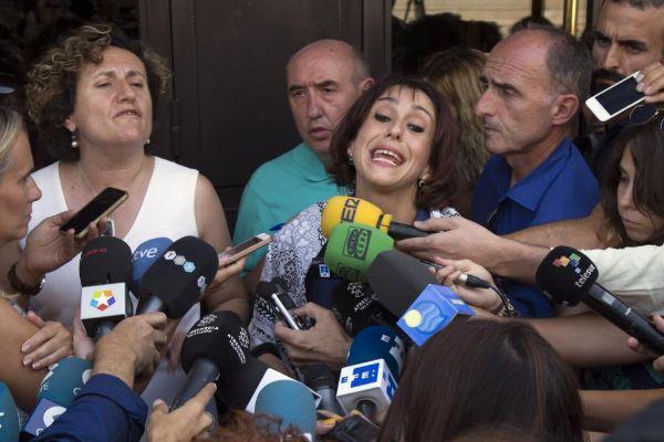 Juana Rivas (d), acompañada de su asesora legal, Francisca Granados (i).