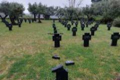 Algunas de las cruces destrozadas en el cementerio de Cuacos de Yuste.