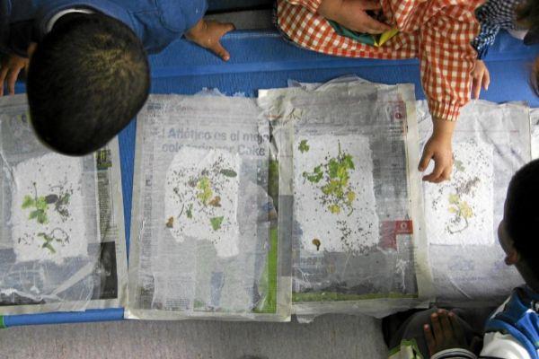 Niños en un taller de reciclaje