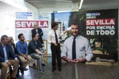 El candidato a la Alcaldía de Sevilla, Beltrán Pérez, durante un acto de campaña.