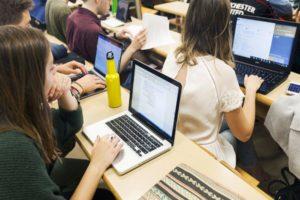 Estudiantes de la UPO durante un taller académico.