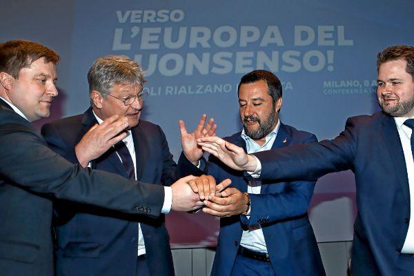 Matteo Salvini junta las manos con sus socios en el lanzamiento de su grupo para las europeas.