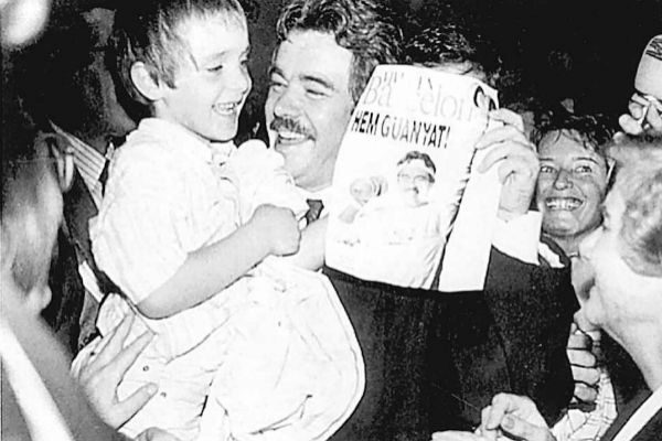 Maragall con su hijo en brazos, tras la designación de Barcelona para las Olimpiadas