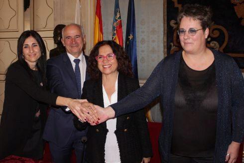 El 28 de diciembre, la Generalitat mediante María José Mira (derecha) entrega el cheque  a los representantes del Sabadell Ana Verdú y Jaime Matas y la edil Dolores Padilla.