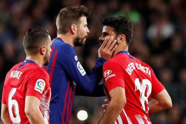 Piqué sujeta a Diego Costa durante el Barça-Atlético.