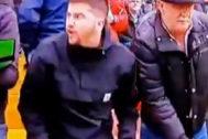 Dos de los aficionados que insultaron a Marcelino en el estadio de Vallecas.