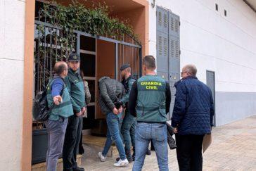 El detenido por el asesinato de la joven moldava en Vinaroz, entra en la casa donde vivían.