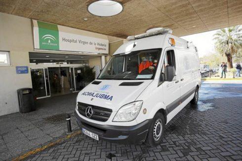 Una ambulancia, a las puertas del servicio de Urgencias del Hospital Clínico Universitario de Málaga.