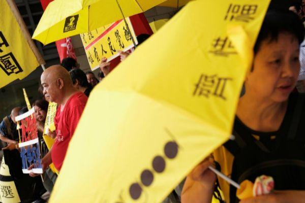 Manifestantes en apoyo a los activistas de la revolución de los paraguas, frente al tribunal en Hong Kong.