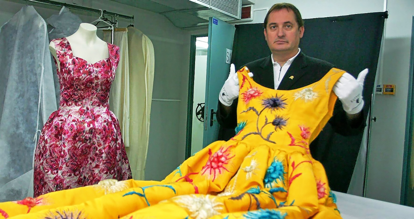 El ex alcalde del PNV de Getaria y ex director del museo Balenciaga Mariano Camioco posa con uno de los vestidos de la colección del modisto.