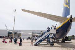 Pasajeros descienden del avión en el aeropuerto de Castellón.