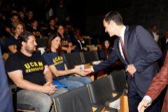 Pedro Sánchez saluda a la atleta Ruth Beitia, junto a David Cal, en un acto en Madrid.