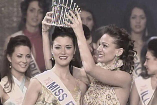María Jesús Ruiz fue coronada Miss España 2004 por su antecesora,...