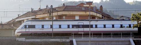 Tren de ADIF RENFE a su paso por Miravalles , Bilbao , Pais Vasco