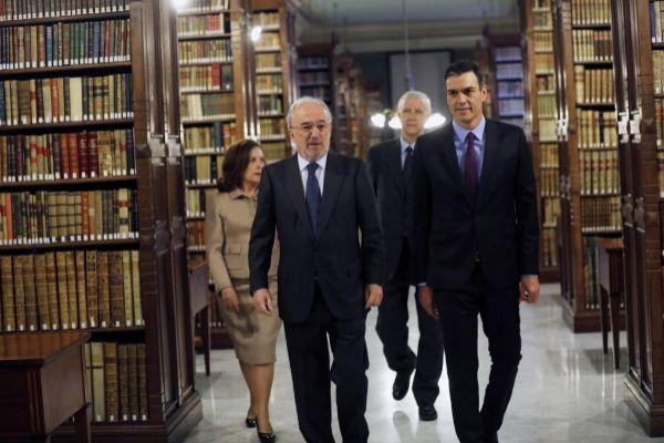El presidente del Gobierno, Pedro Sánchez, visita la Real Academia Española, junto al presidente de la RAE Santiago Muñoz Machado.