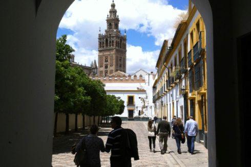Imagen de la Giralda desde una calle del barrio de Santa Cruz.