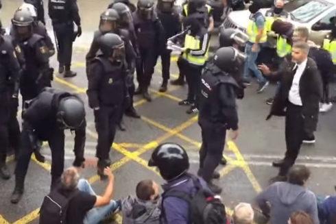 Momento en que la Policía entra en un colegio en Barcelona