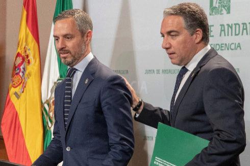 El consejero de Hacienda, Juan Bravo, y el de Presidencia, Elías Bendodo.