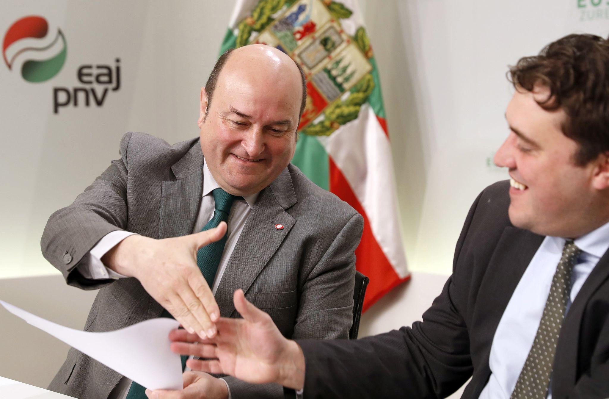Andoni Ortuzar y David Bonvehí, hoy en la sede del PNV en Bilbao.