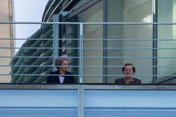 Theresa May y Angela Merkel, en la terraza de la Cancillería este martes en Berlín.
