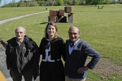 De izquierda a derecha Ignacio Chillida, Mireia Massagué y Luis Chillida en los jardines del museo.