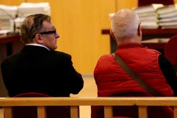 Mikel Camio, a la izquierda, en el banquillo antes de prestar declaración.