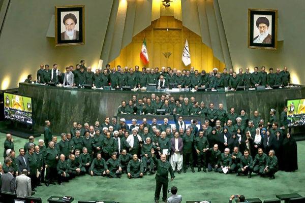 Los miembros del Parlamento iraní posan uniformados, en Teherán.