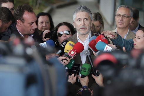 El ministro de Interior, Fernando Grande Marlaska, atiende a los medios de comunicación en La Línea.