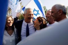 Benny Gantz celebra con sus simpatizantes tras votar hoy en Rosh Ha'ayin (Israel).