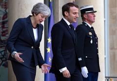 """EPA9295. PARÍS (FRANCIA).- El presidente francés, Emmanuel Macron (d), y la primera ministra del Reino Unido, <HIT>Theresa</HIT> <HIT>May</HIT> (i), salen tras su reunión en el palacio Elíseo en París (Francia), este martes, en un encuentro preparatorio para la cumbre europea extraordinaria sobre el """"brexit""""."""