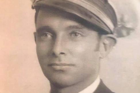 Ángel Santamaría Torremocha, con la gorra de la Aviación republicana, colgada en Twitter por su bisnieto Ángel.