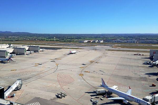 Vista aérea desde la torre de control de Son Sant Joan de las pistas y los terrenos adyacentes al aeropuerto.