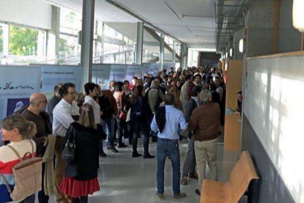 Médicos esperan en los pasillos antes de entrar al examen de oposición.