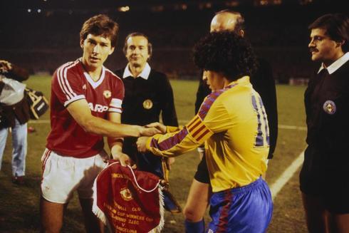 Bryan Robson y Maradona, en 1984 en Old Trafford.