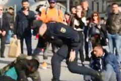 Un policía agrede en el suelo a uno de los participantes en la pelea