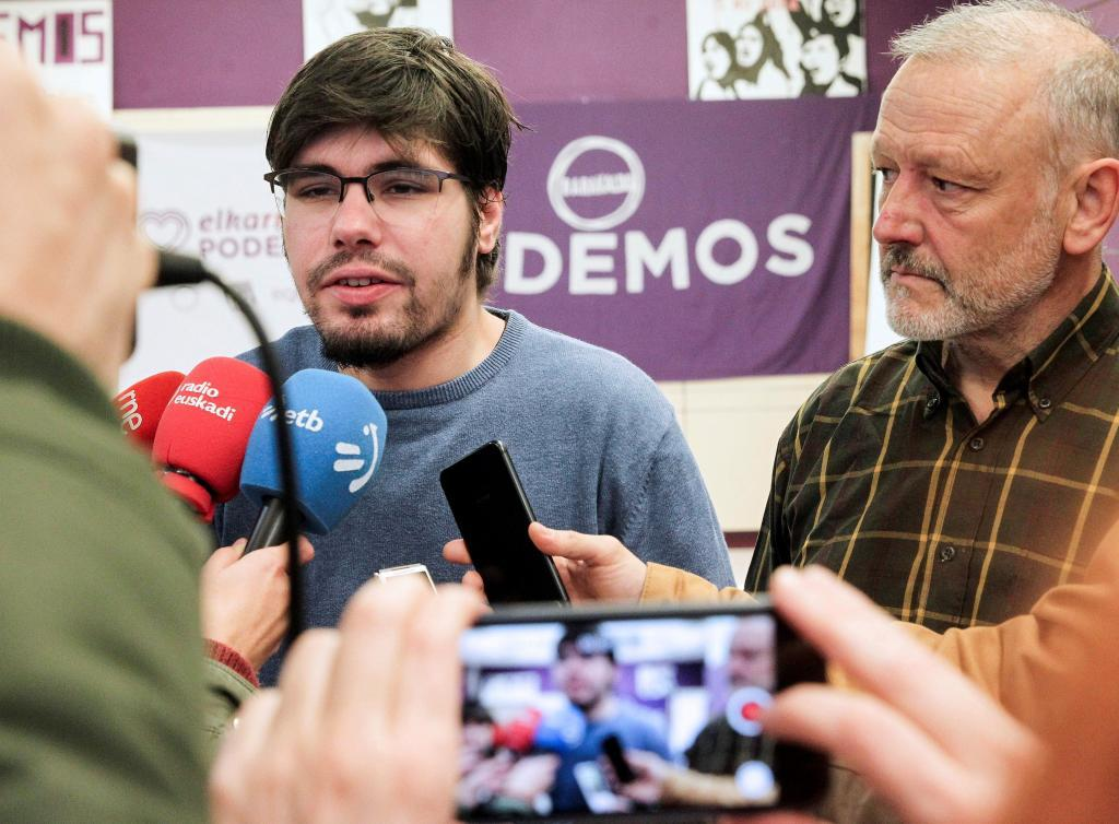 Lander Martínez hace declaraciones a los medios de comunicación.